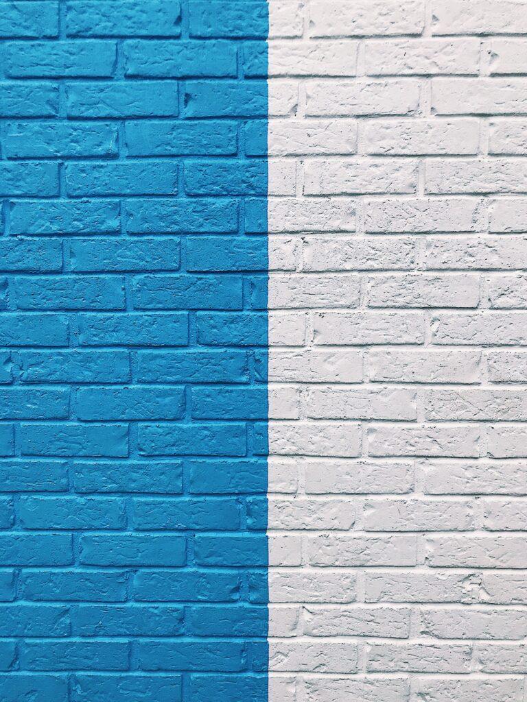Niebiesko-biały mur z cegieł