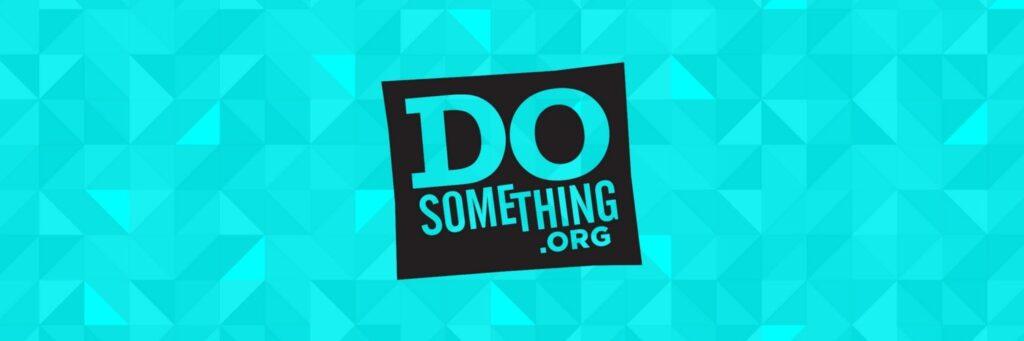 Logo DoSomething.org na turkusowym tle